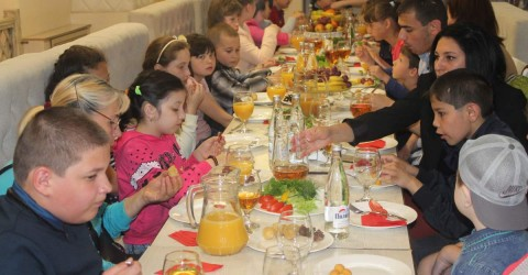 Детей из детского дома интерната «Забота» ждал праздничный стол и развлечения аниматоров