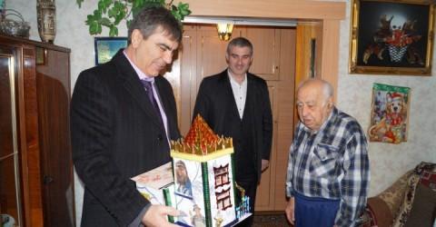Около 200 ветеранов Великой Отечественной войны и инвалидов получили подарки от администраций городских и муниципальных районов