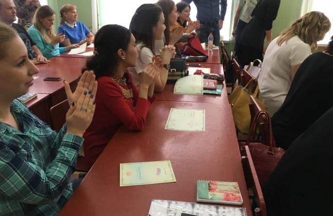 Вручены свидетельства о прохождении курсов жестового языка