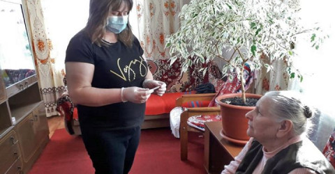 Свыше 300  сотрудников учреждений социального обслуживания  Карачаево-Черкесской Республики получили выплаты за работу в период пандемии